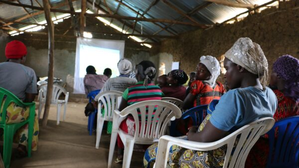 In the Rwamwanja refugee settlement, refugees attend a WFP-sponsored training to build their livelihoods and self resilience. The training focuses on reducing post-harvest food loss.