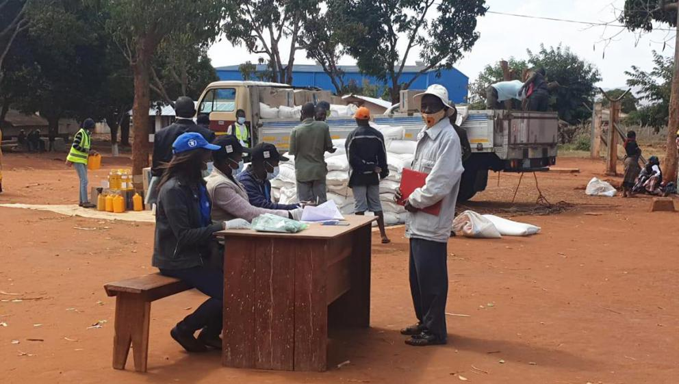 UN Volunteer helps with WFP food distribution